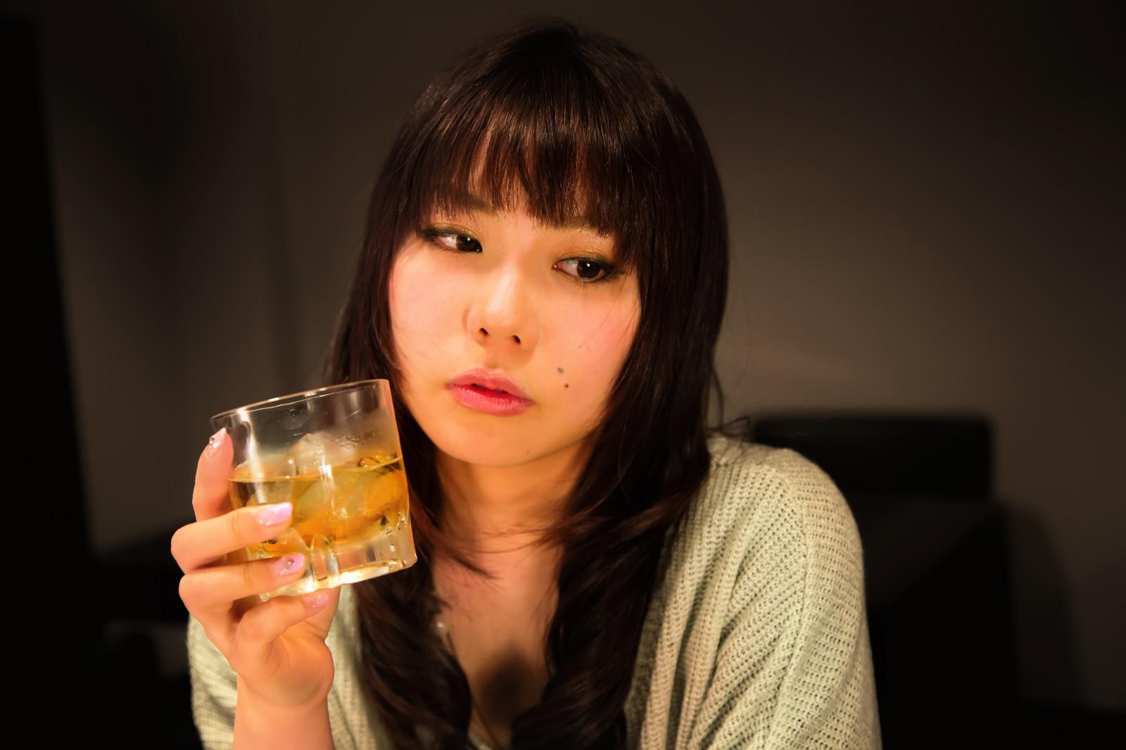 ウイスキーを飲む美女