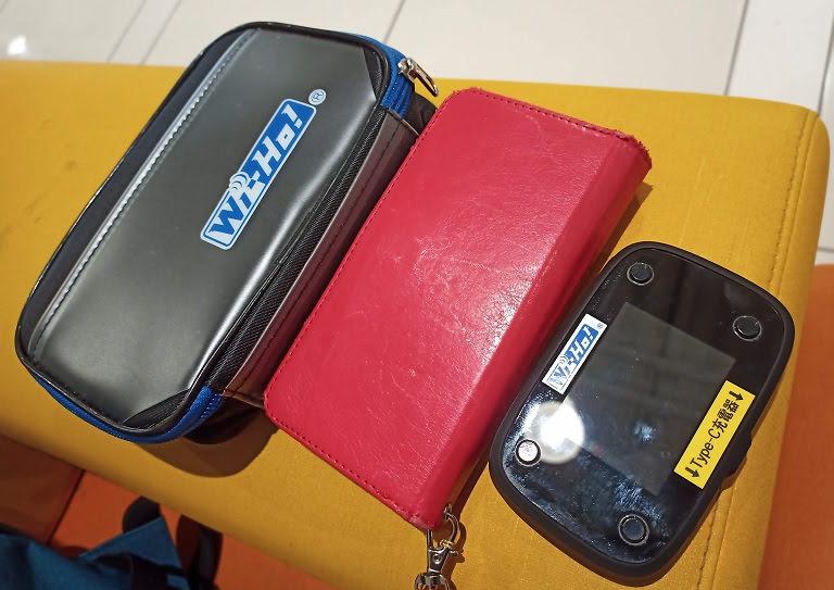iPhonexrとWiHoのWiFiルーターの大きさ比較